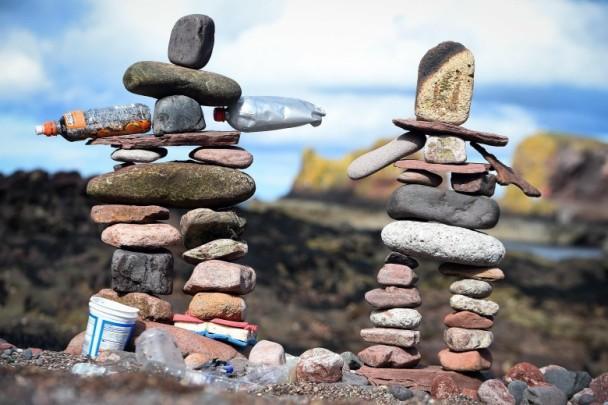 歐洲藝術家齊聚蘇格蘭海灘。用大小不一的石頭疊立起一個個藝術品 - 每日頭條