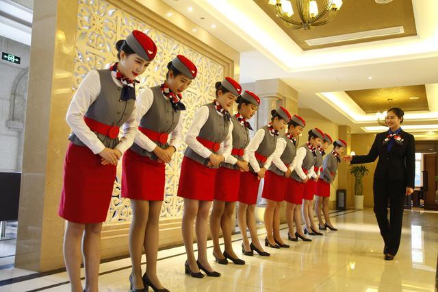 校園準空姐 經常頭頂酒瓶雙腿夾紙練站姿 - 每日頭條
