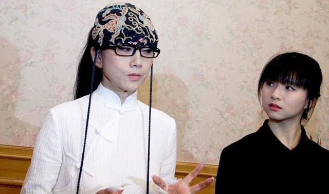 楊麗萍的九陰白骨爪太嚇人。那一臉的滄桑太有歲月痕跡。好尷尬! - 每日頭條