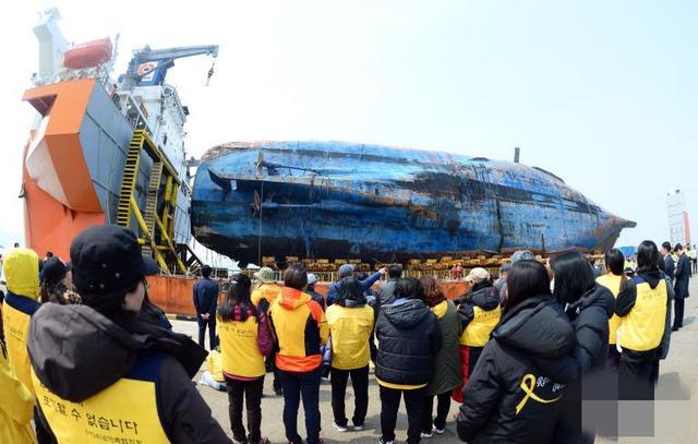 韓國「世越」號沉船抵達木浦新港 失蹤者家屬悲傷痛哭 - 每日頭條