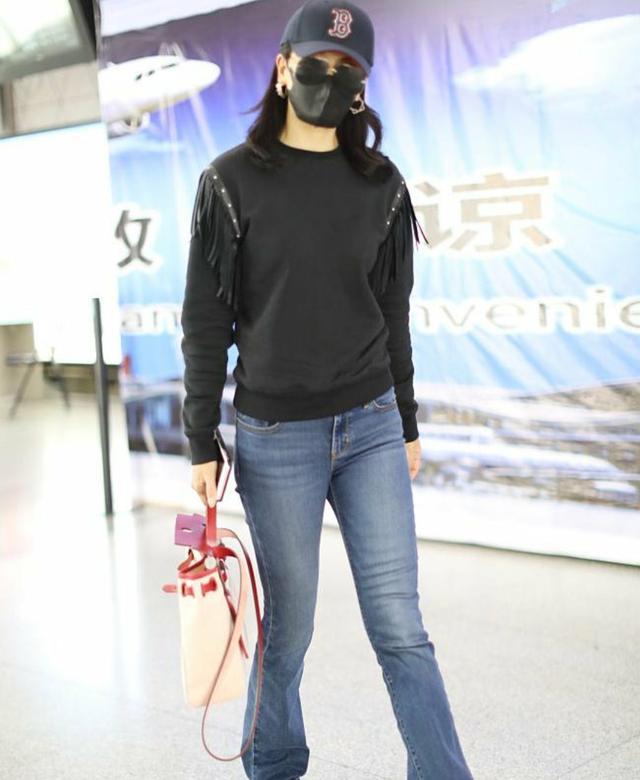 劉濤穿黑色衛衣配牛仔褲,手拎紅白挎包,高顏值也撐不起土味穿搭 - 每日頭條