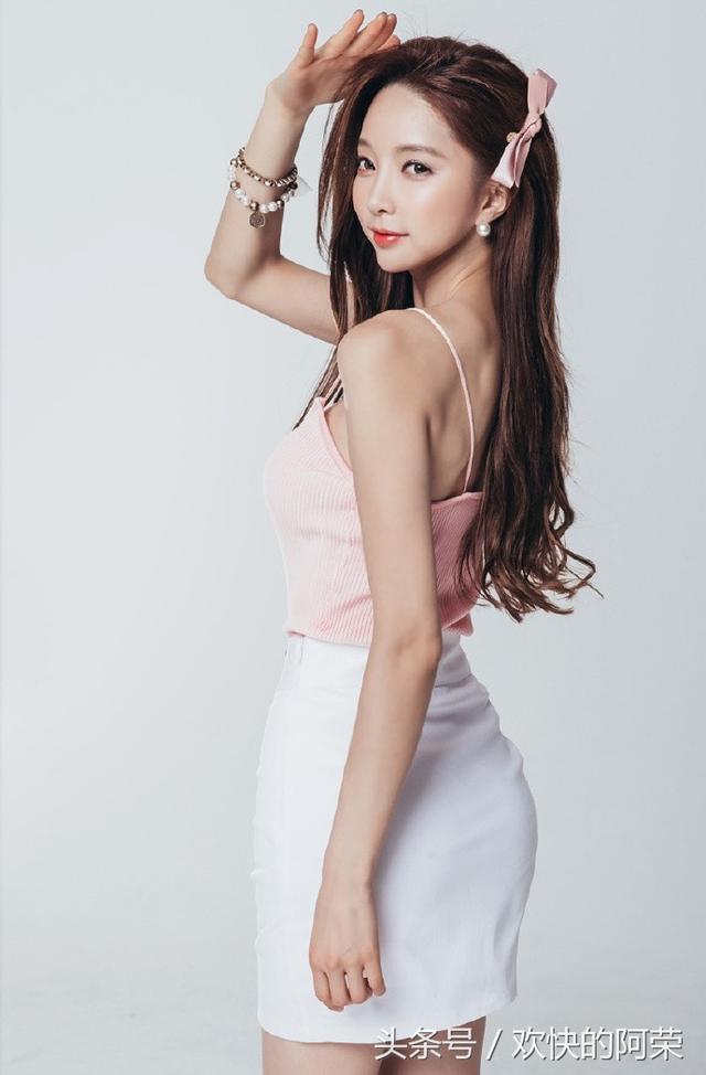 粉嫩性感模特裝束裙秀凹凸有致身材寫真 - 每日頭條