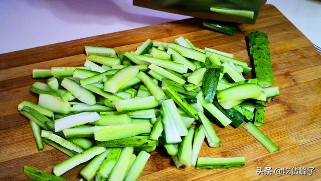 醃黃瓜原來這麼簡單。2個小時就能吃。香脆爽口又開胃。太好吃了 - 每日頭條