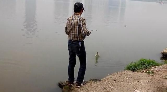 魚線綁上三角鉤不掛餌,大家知道這是什麼釣法嗎 - 每日頭條
