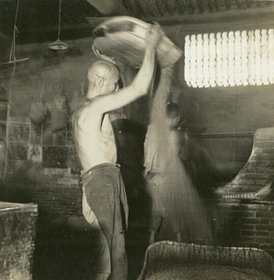 少見老照片:80年前一家醬油廠邀請攝影師參觀,但有些地方不能去 - 每日頭條