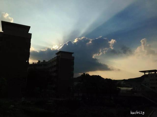 深圳平安大廈頂部現「火光」?其實是燈光 - 每日頭條