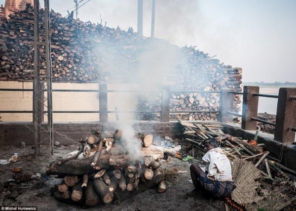 直擊印度恆河邊的「燒屍工」旃陀羅 - 每日頭條