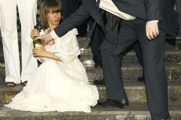 實拍:婚禮現場——喝得醉得一塌糊塗的國外新娘子 - 每日頭條