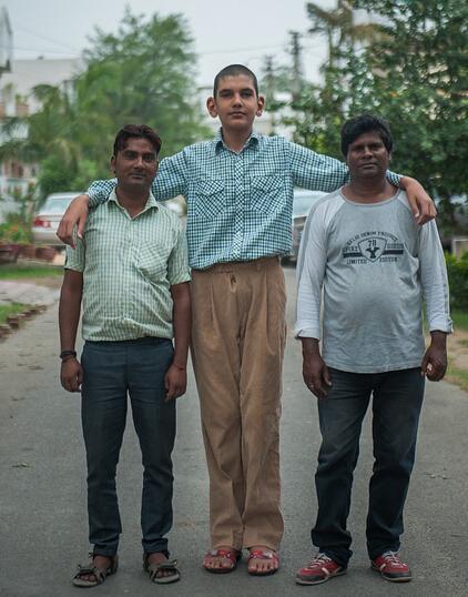 打球吧!爸爸!印度巨人男孩想長更高讓父母有面子 - 每日頭條