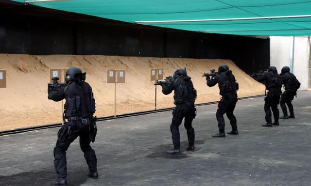 特種兵強攻,幹掉5名劫匪,一時之間收到上萬份入隊申請 - 每日頭條