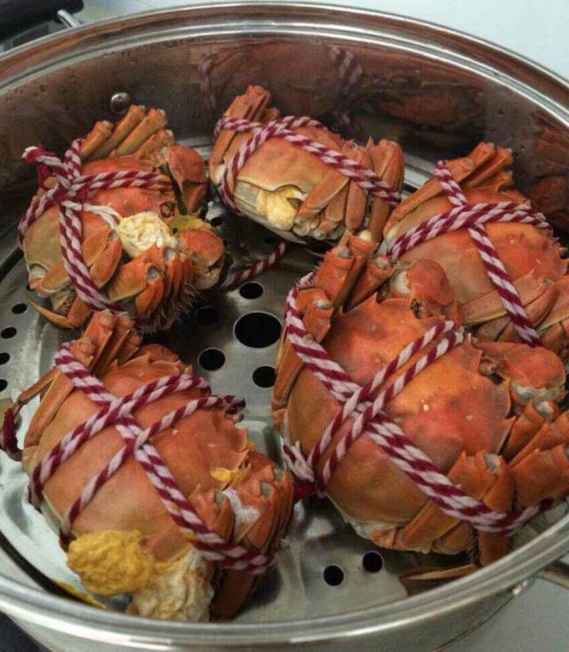 養螃蟹的大嫂送來一箱螃蟹,一天一盆,吃的太爽啦! - 每日頭條