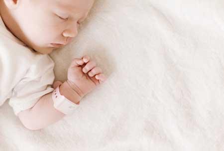 寶寶要抱著睡覺一放下就醒咋回事 - 每日頭條