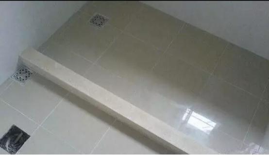衛生間裝修。老師傅把擋水條嵌進瓷磚里。乾濕永分離太機智了 - 每日頭條