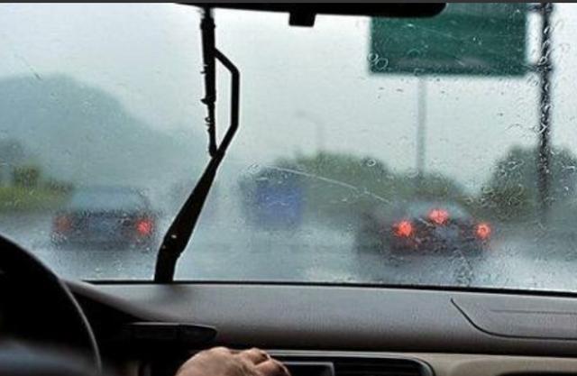 汽車前擋風玻璃有霧該怎麼處理?直接用毛巾擦?看老司機怎麼除霧 - 每日頭條