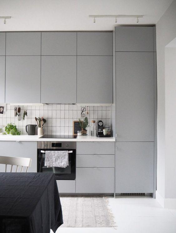 grey kitchen backsplash window treatments 一篇文章 让你找到喜欢的那种灰色厨房 每日头条 带有木制橱柜和灰色后挡板的灰色厨房 内置的架子和镍金属看起来非常现代