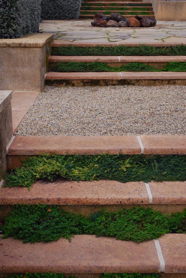 庭院砌個休閒露臺。聰明人都把木板臺階換成這種。種綠植剛剛好! - 每日頭條