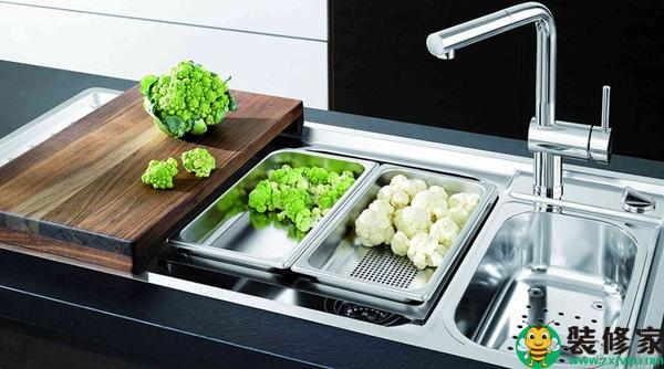 under mount kitchen sink aid professional 600 详细介绍厨房水槽的选购技巧 每日头条 作为整块区域的核心用具之一的水槽 在平时的使用也极为频繁 比方说洗菜刷碗都离不开它 所以挑选到一款适宜的厨房水槽所带来的便利性不言而喻 那厨房用什么水槽 好