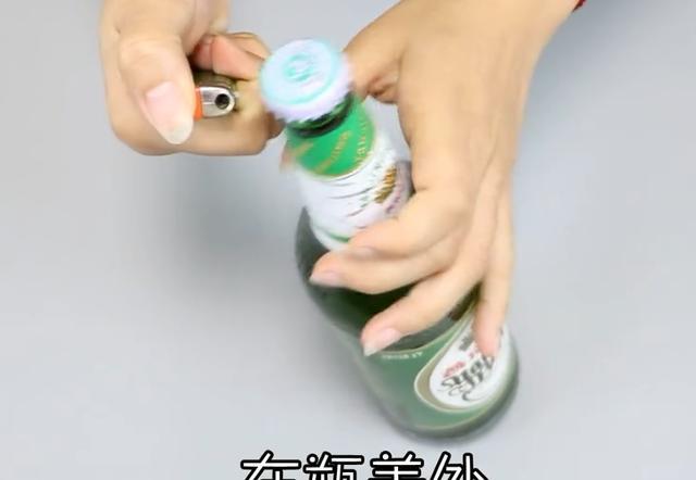 今天才知道,開啤酒瓶蓋不用任何工具,手一擰就開,看完真長見識 - 每日頭條