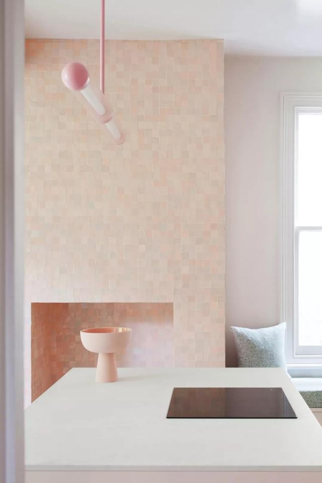 how to redesign a kitchen wall faucets 室内设计色彩艺术 每日头条 紧凑且压抑的厨房是老建筑里最小的空间 所以在改造布局时 我们决定以完全的开放式让空间得到重新使用 厨房后侧的两个拱形储物柜是设计师重新设计
