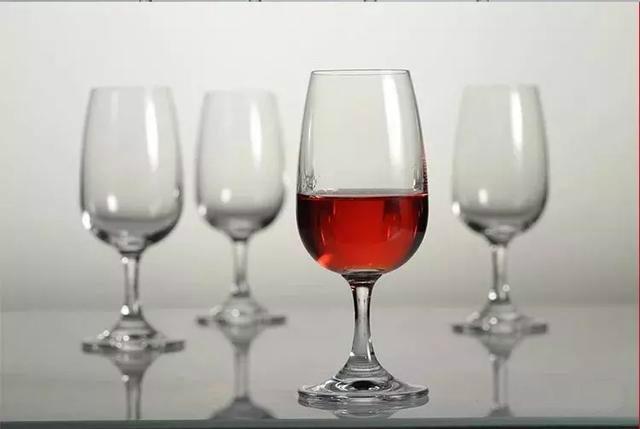 喝紅酒。別再用錯杯子被人笑了!紅酒杯。是這樣用的! - 每日頭條