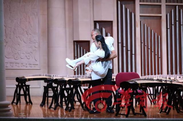 15歲截癱女孩參加古箏比賽:父親全程舉琴架,觀眾評委淚目 - 每日頭條