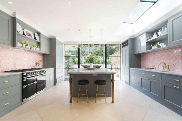coral kitchen decor rustic pendant lights 折衷的当代家居华丽的室内装饰与丰富的色彩搭配 每日头条 用餐空间是一个老式的非工作的壁炉 木桌和珊瑚椅完成 空间还有一些艺术品和彩色的地毯 这是一个大的开放式布局的一部分 充满了光线 厨房是石墨灰色 珊瑚印花