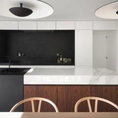 Travertine Kitchen Backsplash Mid Century Chairs 70年代传统厨房浴室大改造 极简主义者的最爱 每日头条 Wenge是一种由深褐色和黑色的谷物组成的热带硬木 给这片空间带来了很强烈的特色 并形成了新的暖色调