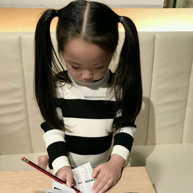 劉洲成帶女兒出去玩,穿親子裝逛商場玩的高興的不得了 - 每日頭條