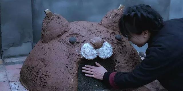 李子柒過著1800萬網友羨慕的生活,又是劈柴又是和泥又是砌磚,洗漱臺子,到烤全羊,搭起柴燒窯底座,天然回甘 - 每日頭條