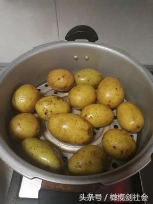 在農村有些人最愛把土豆囫圇放鍋里蒸。這種吃法有什麼好處? - 每日頭條
