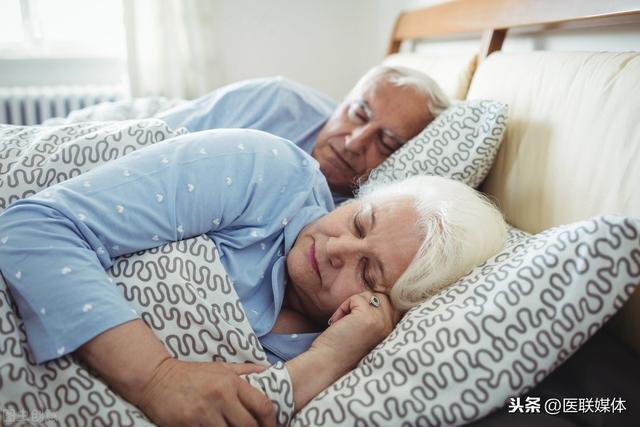 60歲後。每天睡多久好?老年人要提高睡眠質量。或有2個辦法 - 每日頭條