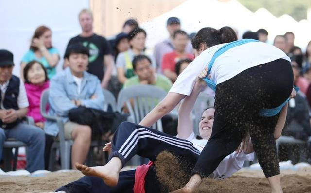 韓國舉行女子摔跤大賽 而且還要申遺 - 每日頭條