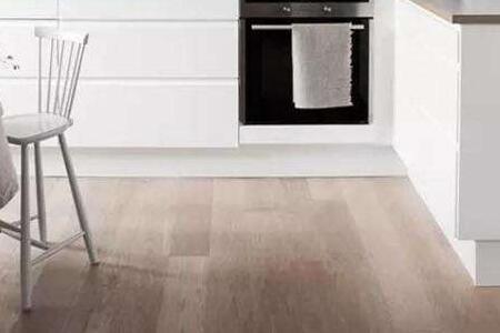 wood floors in kitchen home depot island lighting 厨房用木地板好吗 厨房地板怎么选择 每日头条 相信人们对于木地板的使用都是非常熟悉的 厨房用木地板好吗是需要慎重了解的 因为厨房和其他的场合存在很大的差异 所以能不能够使用木地板 还是要根据家庭的 厨房