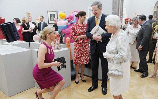 英國王室必不可少的禮節。女王都曾做過。原來有這樣的含義 - 每日頭條