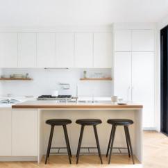 Beach House Kitchen Backsplash Ideas Sink For 现代别致的室内设计搭配中世纪现代家具风格 每日头条 现代和白色的厨房 光滑的橱柜 开放式搁置和两层的厨房岛 其中早餐区的木制顶部和烹饪的大理石 露台上设有托盘墙花园和现代家具