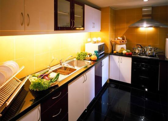 kitchen aid cabinets chevron rug 感应橱柜灯增添厨房小情趣 每日头条 吊柜底灯用于台面及水槽位置照明 主要辅助橱柜操作台因主照明光线不足作为补充性局部照明 有部分吊柜底灯还具有一定装饰效果 厨房可以通过灯光设计营造出轻松空间