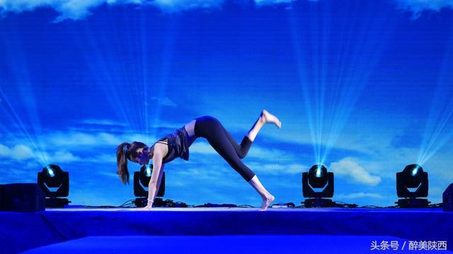 美女現場高難度瑜伽表演 驚艷全場 - 每日頭條