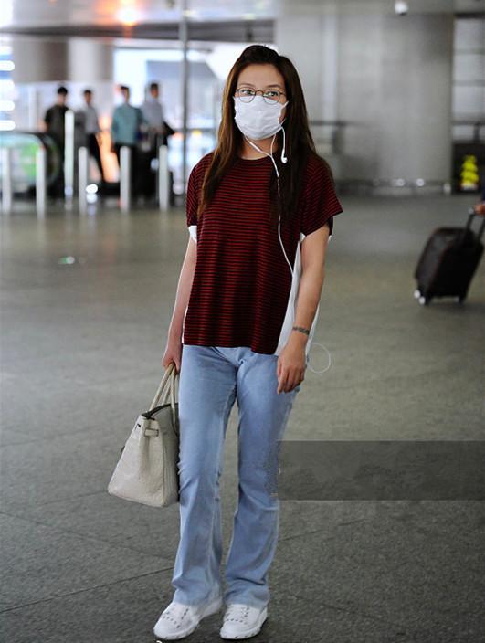 「娛樂圈大姐大」趙薇低調現機場 這麼隨性自然也沒誰了 - 每日頭條