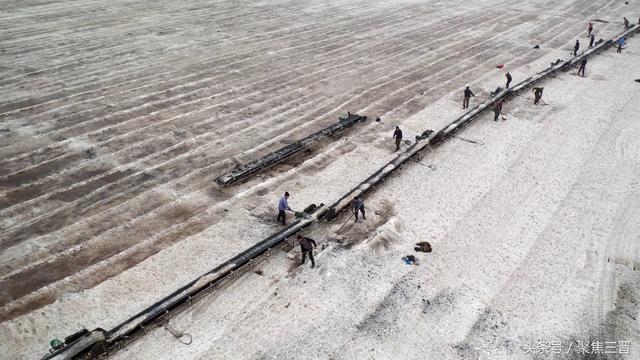 「中國死海」運城鹽湖現壯觀硝花 近百工人趕時間產硝 - 每日頭條