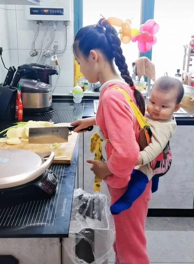 「最懂事姐姐」背著弟弟做飯,媽媽心生愧疚,網友:預定當兒媳 - 每日頭條