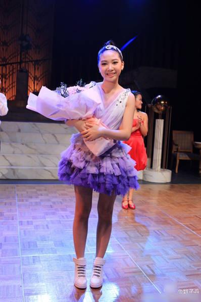甄子丹女兒腿長美貌 登臺演唱百老匯英文歌 - 每日頭條