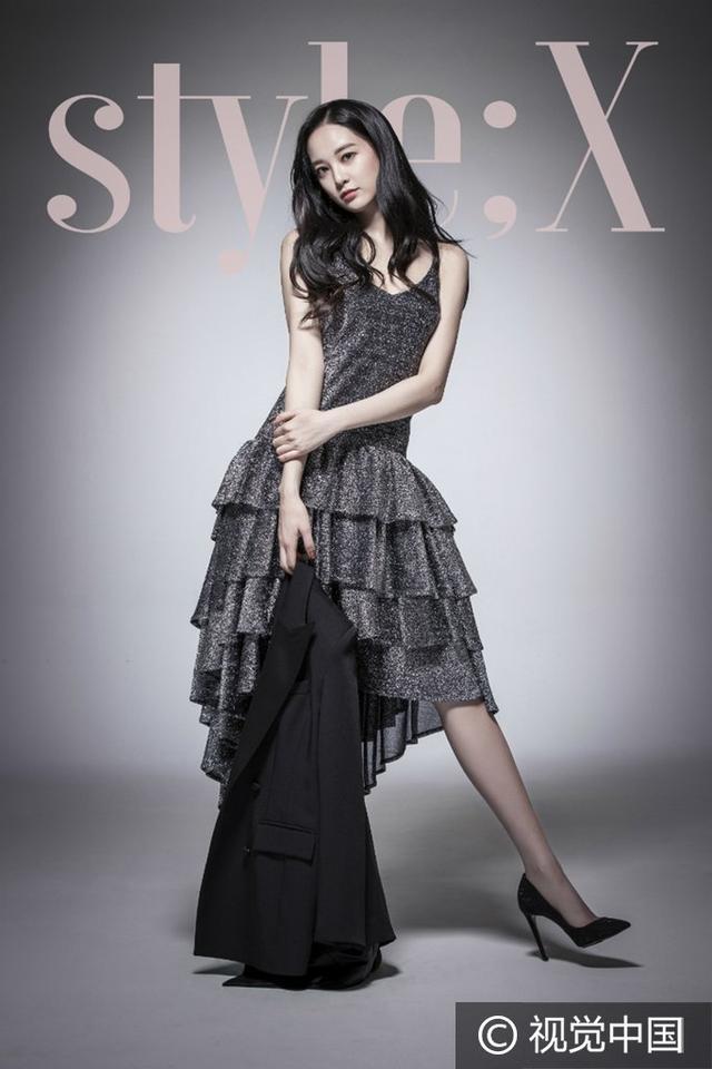 李珠妍穿黑長裙拍寫真撅翹臀露香肩 身材高挑性感迷人秀兩米八大長腿 - 每日頭條