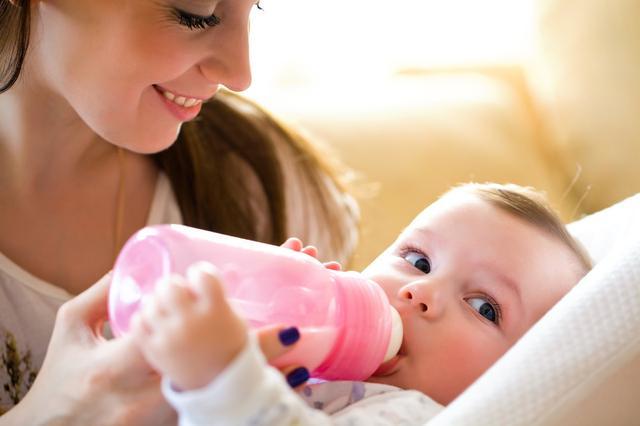 10個月的寶寶喝水還是喝果汁好?每天喝多少?寶寶水更有營養嗎? - 每日頭條
