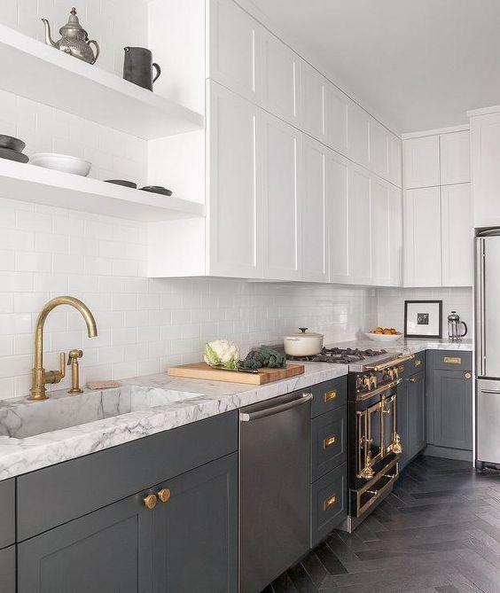 gray kitchen floor solid wood sets 一篇文章 让你找到喜欢的那种灰色厨房 每日头条 复古石墨灰色厨房与水磨木地板 木制台面和白色墙壁 使它看起来更新鲜