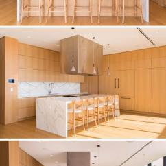 Beach House Kitchen Backsplash Ideas Island Cabinet 迈阿密一座现代滨水住宅落成 每日头条 厨房是由轻木橱柜和大理石后挡板 台面和岛台组合而成 三盏简单的吊灯悬挂在岛上 足够容纳五个人