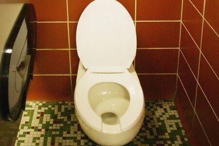 馬桶邊緣漏水怎麼辦?馬桶出現漏水的情況是什麼原因引起? - 每日頭條