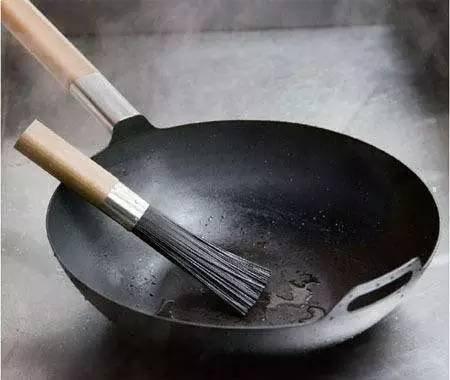 鐵鍋炒菜現黑渣?別不在意。吃多了危害健康! - 每日頭條