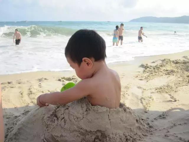 去海邊千萬不要把身體埋進沙子裡,太危險!河北人快看看 - 每日頭條
