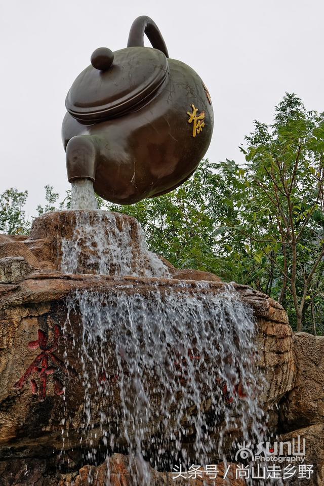 青島這個景區內一把懸空的大茶壺水流不停引眾遊客好奇 - 每日頭條