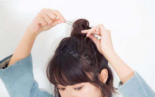 短捲髮怎麼紮好看圖解。半扎頭俏皮又甜美 - 每日頭條